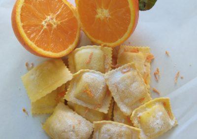 ravioli scorza di arancia e ricotta